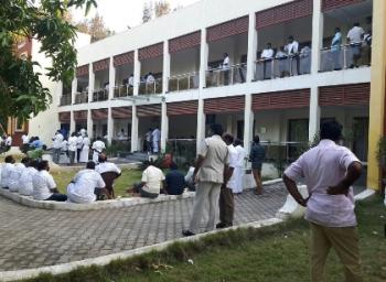 கூவத்தூர் ரிசார்ட்டில் இப்போது என்ன நடக்கிறது? - லைவ் ரிப்போர்ட் #VikatanExclusive