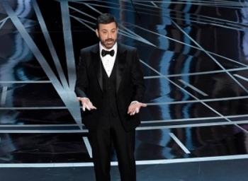 ஆஸ்கர் மேடையில் லைவ் ட்விட் செய்து ட்ரம்ப்பை கலாய்த்த தொகுப்பாளர் #Oscar2017