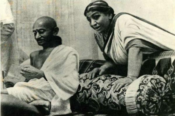 காந்தியுடன் சரோஜினி தேவி...