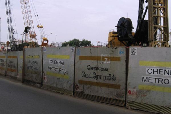 மெட்ரோ ரயில் பாதிப்பால் முடக்கப்பட்ட சாலை