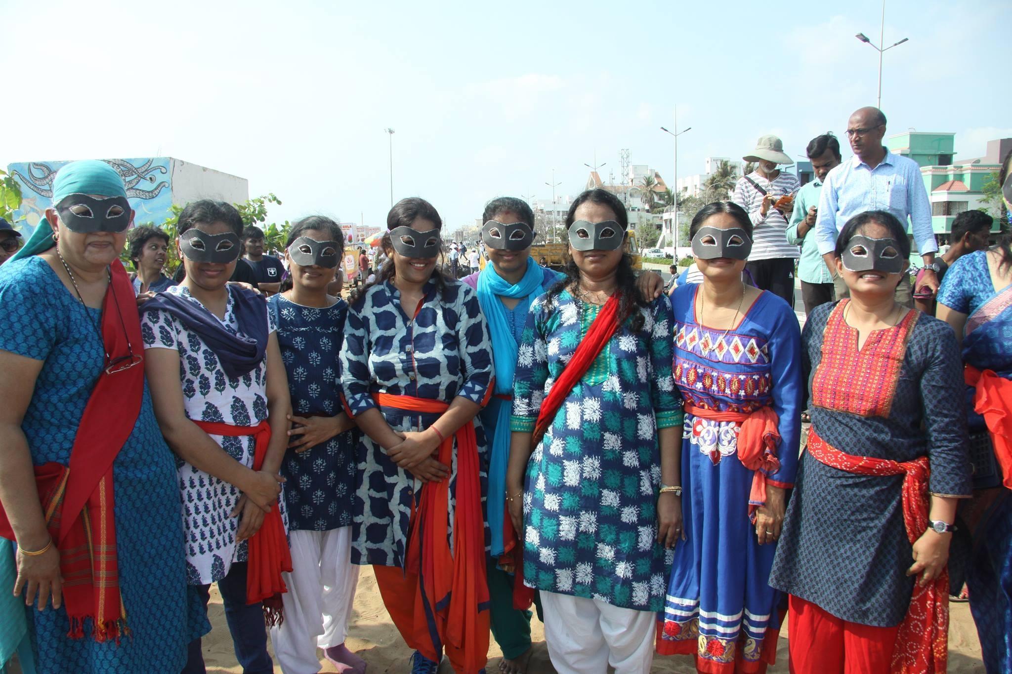 பெசன்ட் நகர் கடற்கரையில் போராடிய பெண்கள்