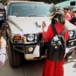 ''மரியாதையா காரை நிறுத்துங்க!'' - தோனியின் ஹம்மர் காரை மறித்து ரசிகை மிரட்டல்