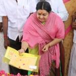 வேட்பு மனுவை ஜெயலலிதா சமாதியில் வைத்து அஞ்சலி செலுத்திய தீபா!