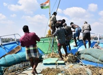 நாம சாப்பிடுற ஒவ்வொரு மீனுக்குப் பின்னாடியும்... - மீனவர்களுடன் ஒரு கடல் பயணம்! #VikatanExclusive #MustKnow
