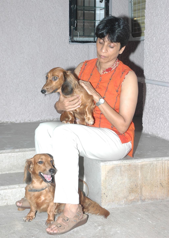 தன் வளர்ப்பு நாய்களுடன் லத்திகா சரண் ஐபிஎஸ்