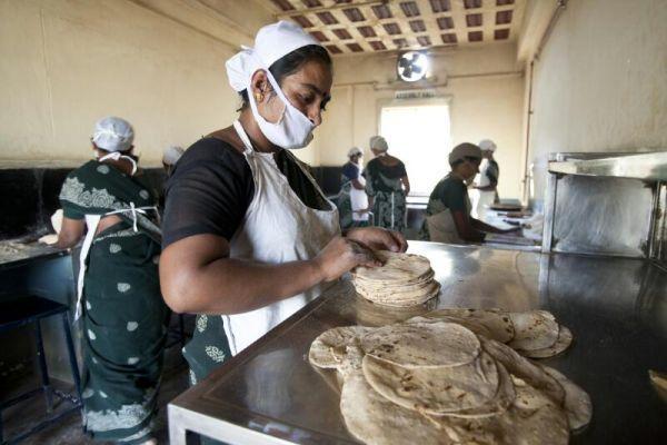 சப்பாத்தி தயாரிக்கும் மகளிர் சுய உதவிக்குழுப் பெண்கள்