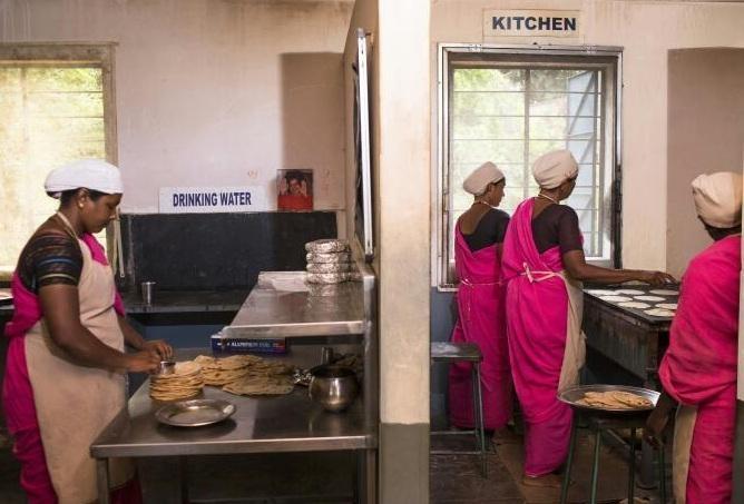 சப்பாத்தி தயாரிப்பில் மகளிர் சுய உதவிக் குழுப் பெண்கள்