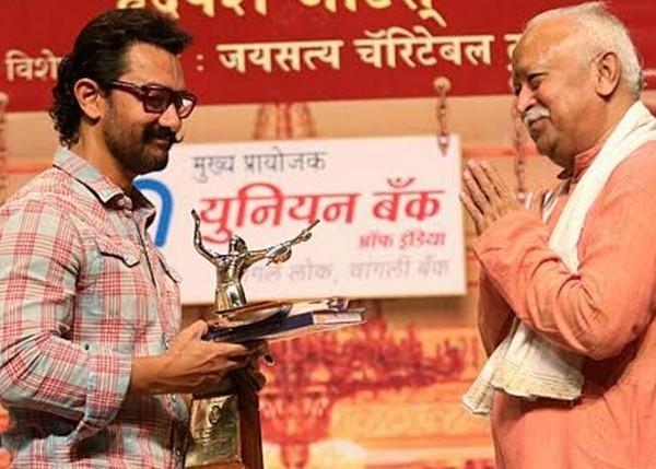 மோகன் பகவத்திடம் விருது பெறும் அமீர்கான்