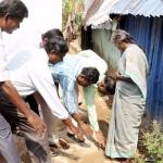 'தயவுசெய்து கழிப்பறை கட்டுங்கள்'... மக்களின் காலில் விழுந்த நகராட்சி ஆணையர்!