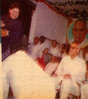 ஜெயலலிதாவின் காலில் விழும் வேட்பாளர்