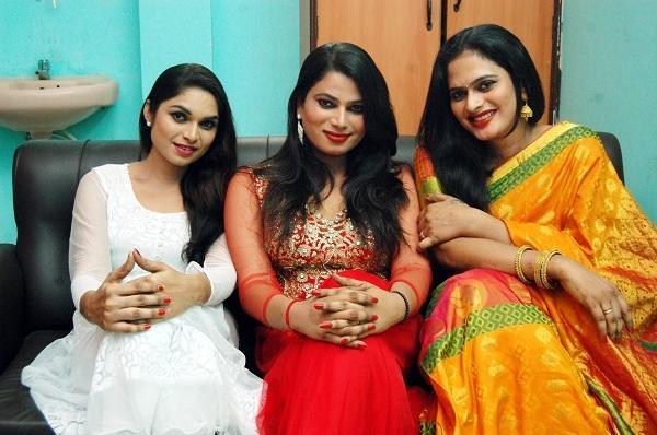 மிஸ் கூவாகம் ஆண்ட்ரியா தன் தோழிகளுடன்