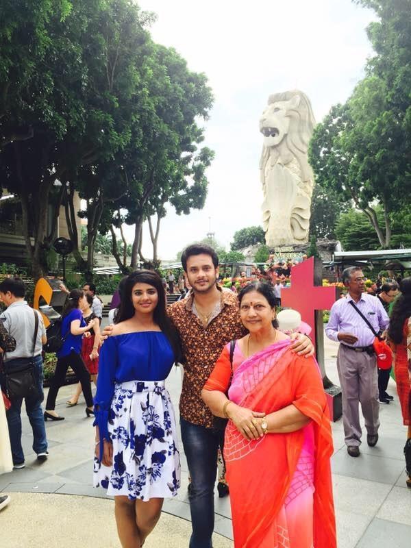 அம்மா, அண்ணனுடன் ஐஸ்வர்யா ராஜேஷ்