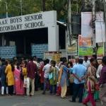 #நீட் தேர்வு: கடினமான கேள்விகள்.. கடும் கட்டுப்பாடுகள்.. கடுப்பான மாணவர்கள்!