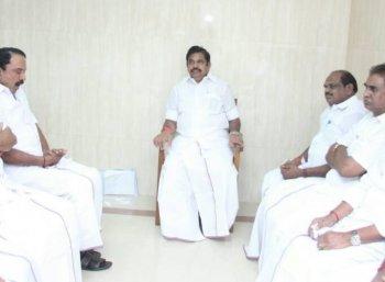 'அதிர்ச்சியில் முதல்வர்... ஆறுதல் சொன்ன அமைச்சர்கள்' - ரெண்டு டீ குடிக்க, ரெண்டேகால் மணிநேரம்! #VikatanExclusive