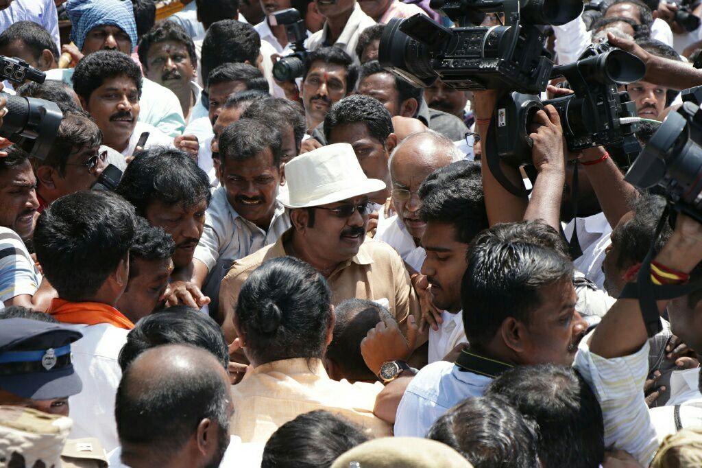 ஆதரவாளர்களுடன் டி.டி.வி. தினகரன்