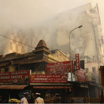 சென்னை சில்க்ஸ் கட்டிடத்தின் ஒரு பகுதி இடிந்து விழுந்தது