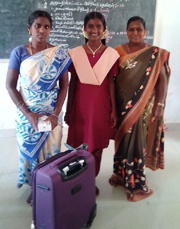 ப்ரித்திகா அம்மா மற்றும் ஆசிரியரோடு