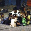 சென்னை நடைமேடையில் வாழும் மக்களின்ஒரு நாள் இரவு #VikatanPhotoStory
