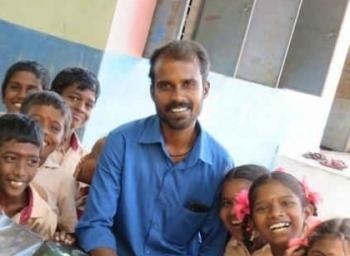 'எங்க பள்ளியை விட்டு அவர் போகக்கூடாது!' ஆசிரியரை வழியனுப்ப மறுக்கும் கிராமத்தினர் #GovtSchool #VikatanExclusive