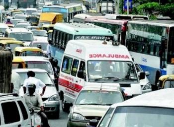 டிராஃபிக்கில் சிக்கிய ஆம்புலன்ஸுக்கு ப்ளூடூத் மூலம் வழிகாட்டலாம்! #VikatanExclusive