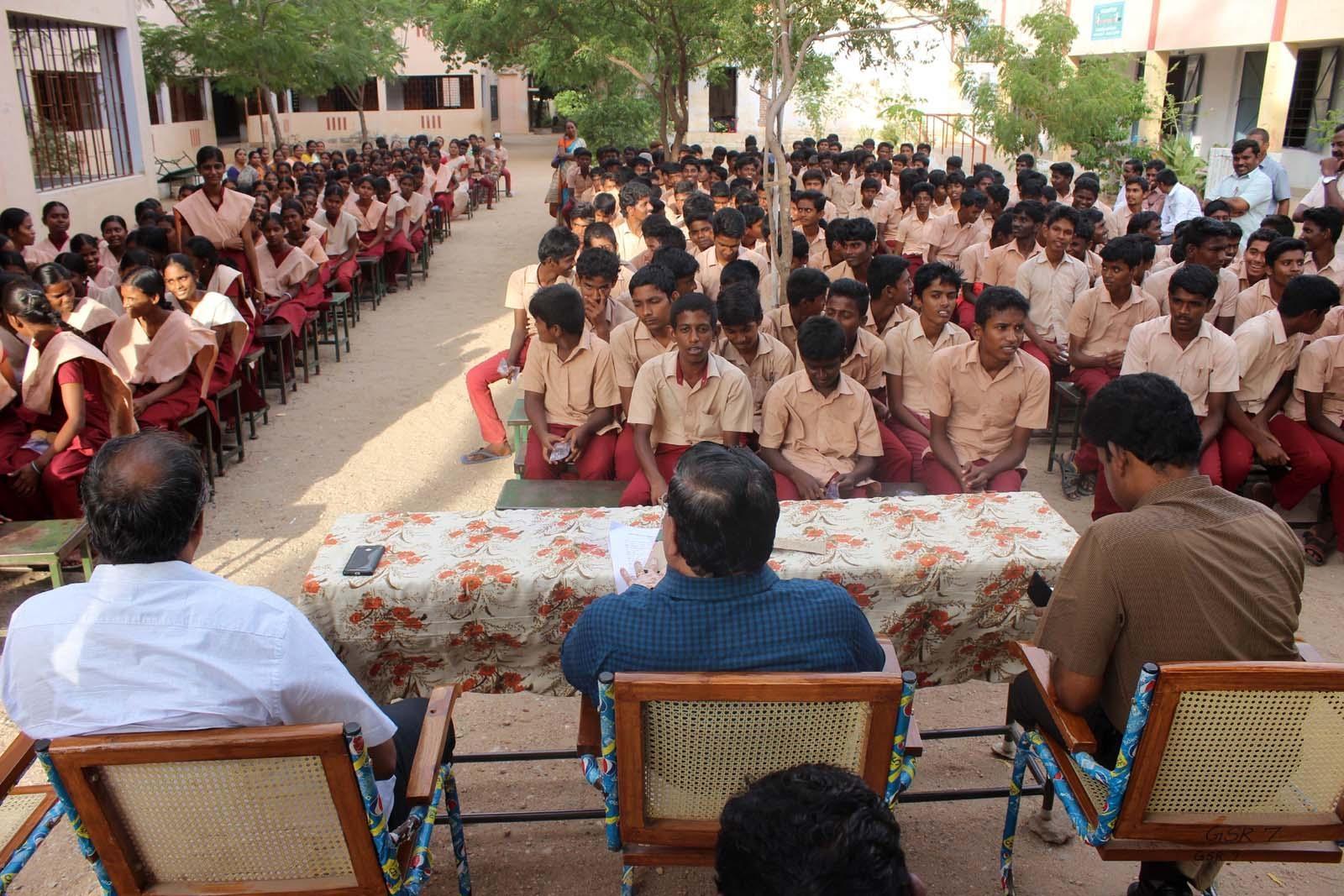 கரூர் மாவட்ட பள்ளி மாணவர்கள்