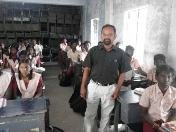 மாணவர்களுடன் ஆசிரியர் வெங்கடேஷ்