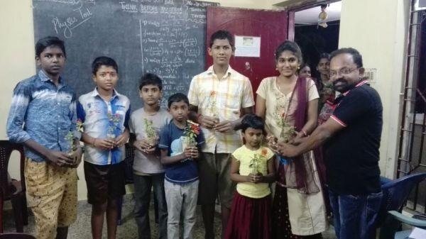 மாணவர்களுக்கு மரக்கன்றுகள் பரிசாக வழங்கும் ஆசிரியர்