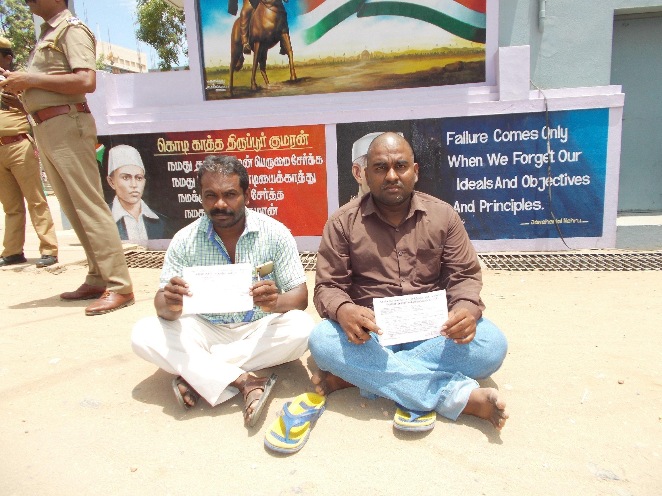 பள்ளியின் முன்பு தர்ணா போராட்டத்தில் ஈடுபட்ட பெற்றோர்
