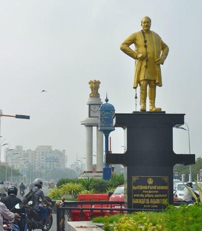 காமராஜர் சாலையில் இருக்கும் சிவாஜி சிலை