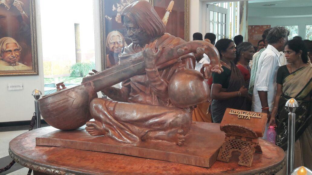 கலாம் நினைவிடத்தில் பகவத் கீதையுடன் உள்ள சிலை