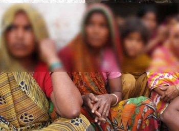 பெண்கள் ஜீன்ஸ் அணியவும், செல்போன் பயன்படுத்தவும் தடைவிதித்த கிராமம்!