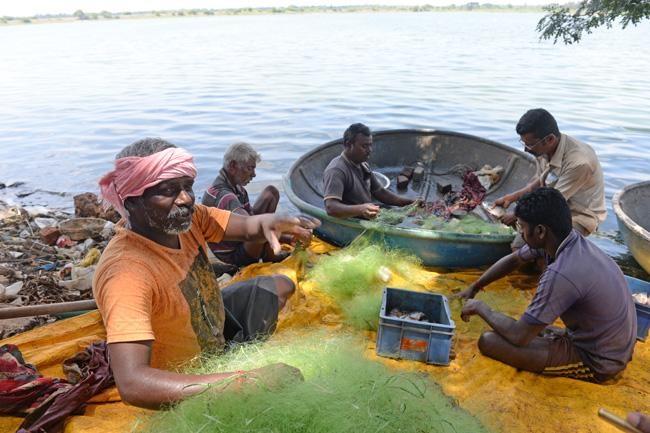 போட்டோ பிடித்தால் வலையில் மீன் சிக்காது என்று சொல்லும் மீனவர்கள்