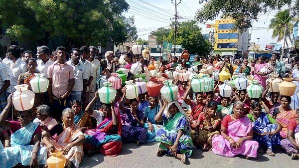 காலிக் குடங்களுடன் பெண்கள்