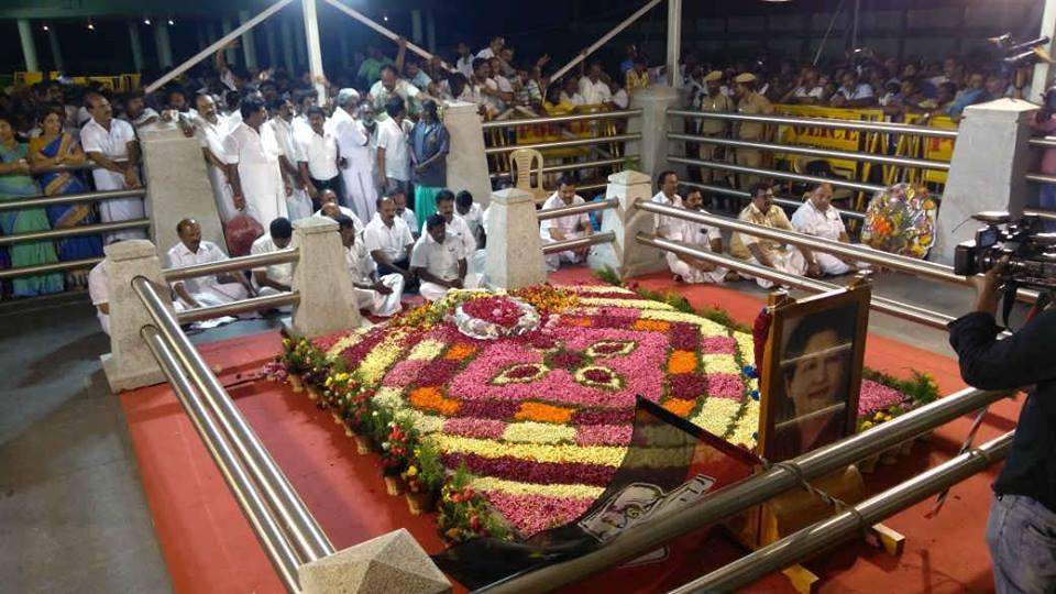 ஜெயலலிதா சமாதியில் தினகரன் ஆதரவு எம்.எல்.ஏ.க்கள்