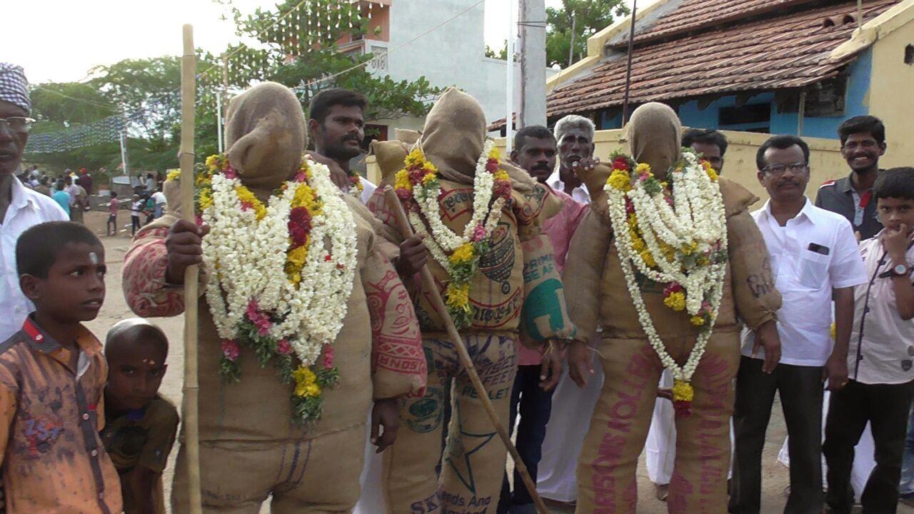 சாக்கு வேடம் அணிந்து நேர்த்தி செலுத்திய பக்தர்கள்