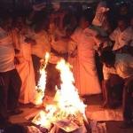 டி.டி.வி.தினகரன் படத்தை எரித்த தம்பிதுரை ஆதரவாளர்கள்!
