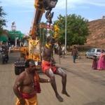 சுப்பிரமணிய சுவாமி கோயிலில் பறக்கும் காவடியில் பக்தர்கள்!