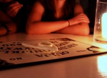 ஆவிகளுடன் பேச உதவும் ஓயிஜா போர்டு... நிஜம்தானா? #OuijaBoard
