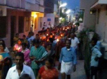 குத்துவிளக்கு ஏந்தும் போராட்டத்தில் ஈடுபட்ட லெட்சுமிபுரம் கிராம மக்கள்..!