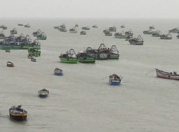 தமிழக மீனவர்கள் 12 பேர் கைது..! இலங்கைக் கடற்படை தொடர் அத்துமீறல்