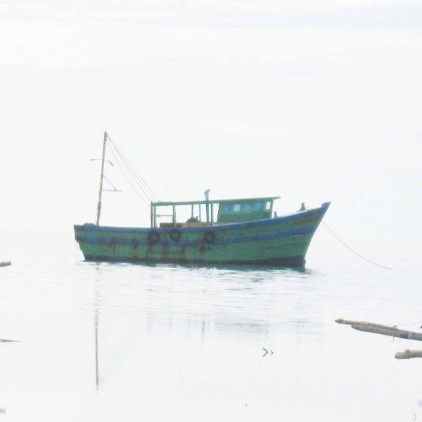 நடுக்கடலில் தமிழக மீனவர்களிடையே மோதல்!