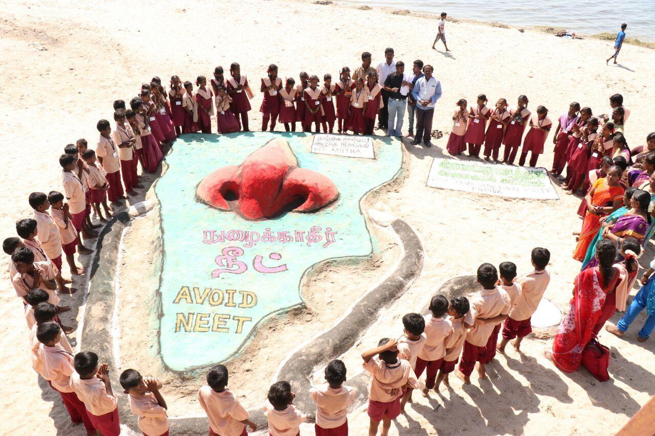 மாணவ பிஞ்சுகள் அஞ்சலி செலுத்தினர்