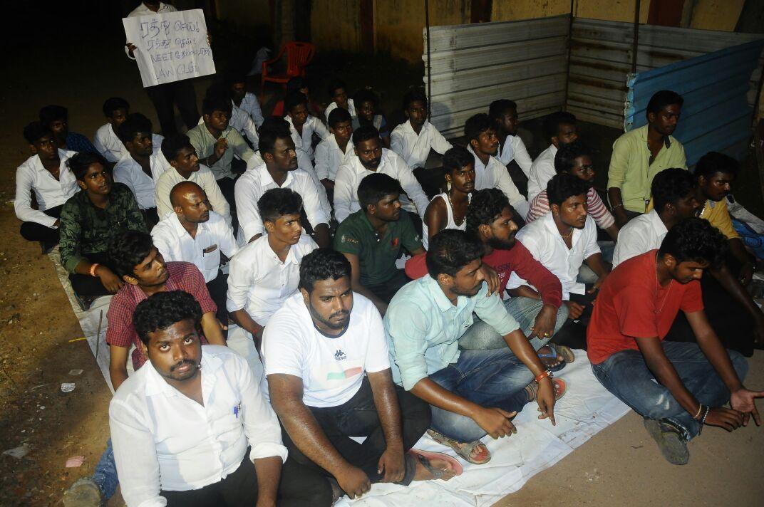 உள்ளிருப்புப் போராட்டத்தில் ஈடுபட்டிருக்கும் சட்டக் கல்லூரி மாணவர்கள்