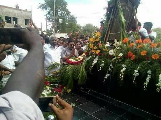 தினகரன் மரியாதை