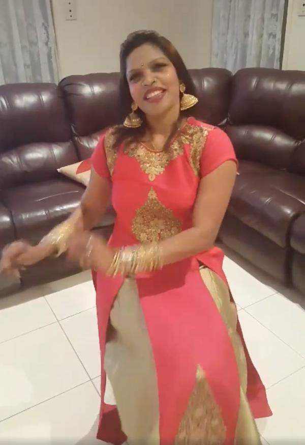 ஜிமிக்கி கம்மல் பாடலைப் பாடும் கல்பனா அக்கா