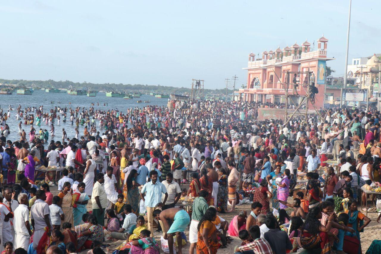 மஹாளய அமாவாசை தினத்தில் தீர்த்தமாடிய பக்தர்கள்