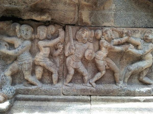 பெண்கள் கத்தி சண்டையிடும் சிற்பங்கள்