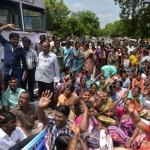 அரசு ஊழியர்கள் போராட்டம் திருச்சி மாவட்டத்தில் 500-க்கும் மேற்பட்டோர் கைது