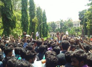 கிளர்ந்தெழுந்த லயோலா மாணவர்கள்... கிடுக்கிப்பிடி போட்ட கல்லூரி நிர்வாகம்!