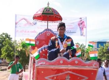 ஆசிய நீச்சல் போட்டியில் 4 பதக்கங்களைப் பெற்ற மதுரை வீரருக்கு உற்சாக வரவேற்பு